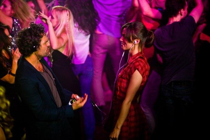 Dan (Mark Ruffalo) und Gretta (Keira Knightley) teilen ihre Playlist.