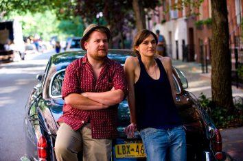 Steve (James Corden) und Gretta (Keira Knightley) vor ihrem mobilen Tonstudio.